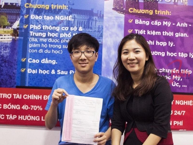 Du học sinh EduPath nhận giấy hồng đậu phỏng vấn.