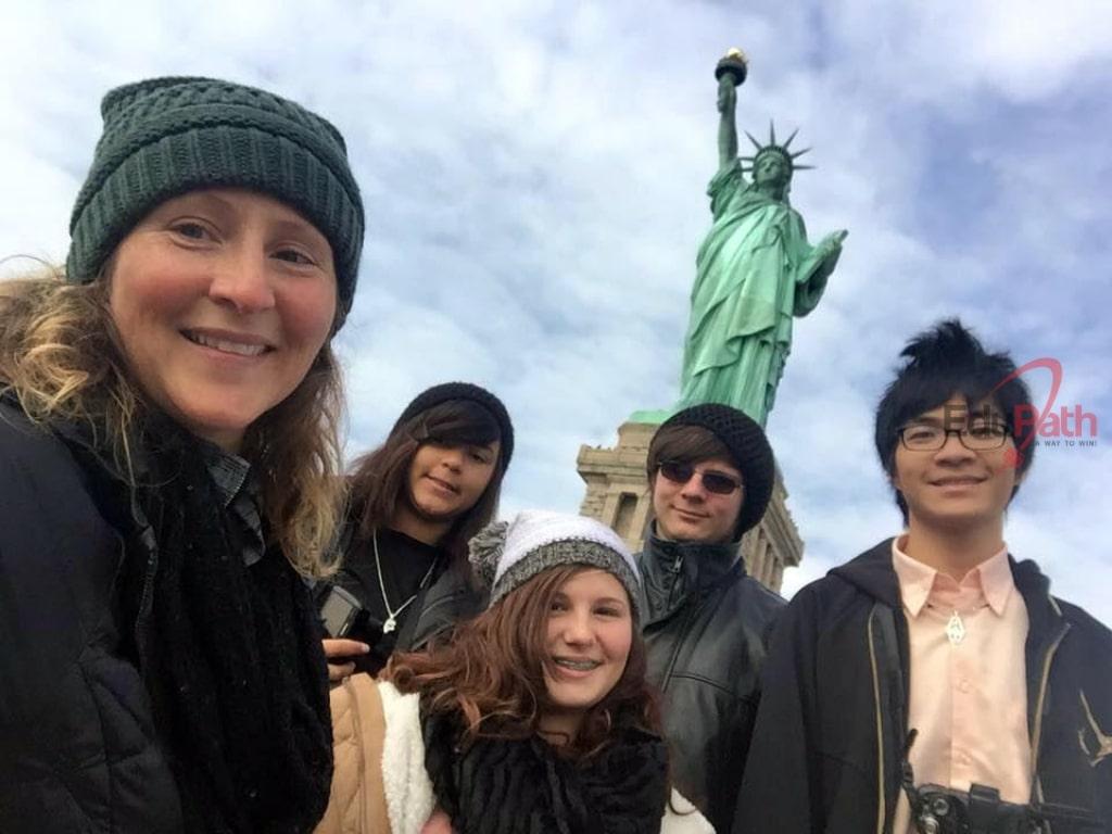 Huỳnh Trọng Nhân cùng bạn bè quốc tế đi chơi