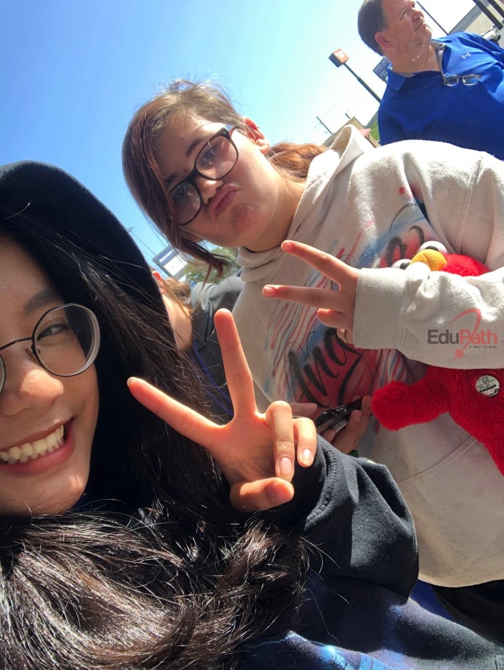 Huỳnh Như Ngọc cùng bạn bè quốc tế
