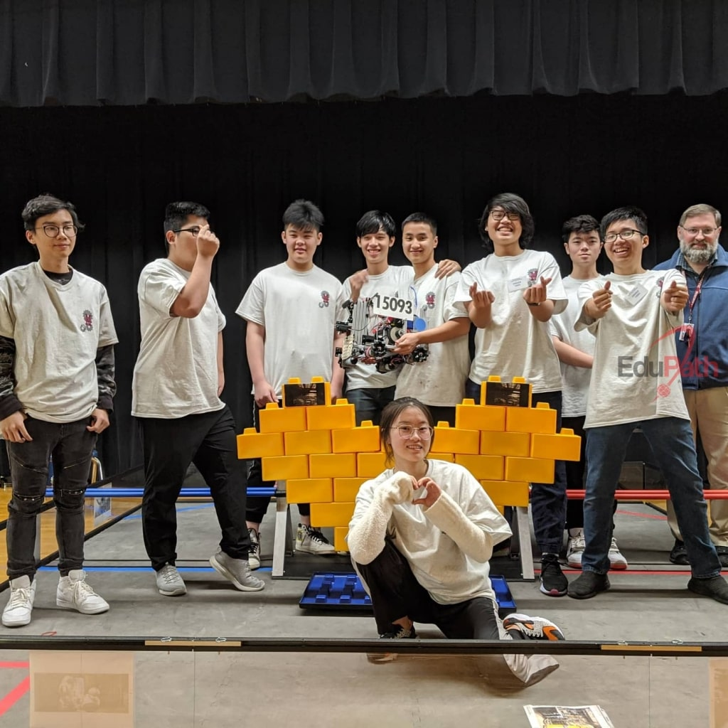 Sơn cùng team tham gia cuộc thi (2)