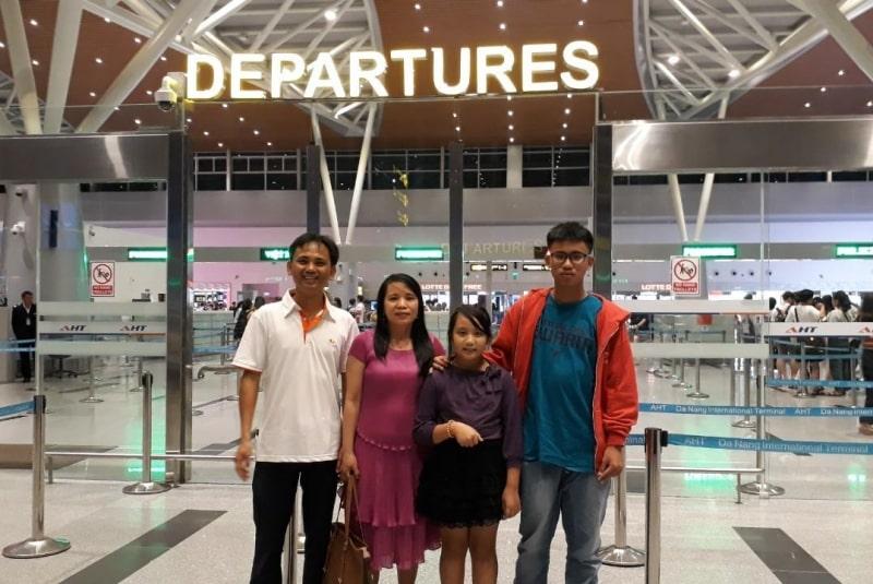 Chị Hạnh cùng gia đình trước sân bay