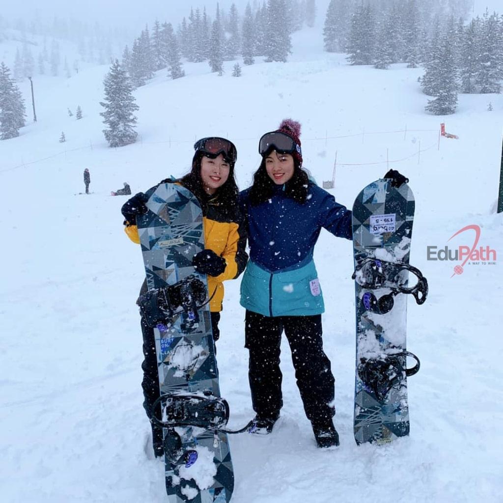 Thanh Thảo trượt tuyết cùng bạn