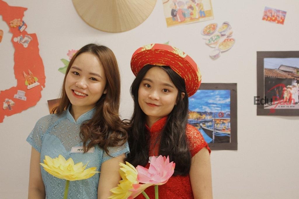 Hạ Vy tham gia lễ hội giao lưu văn hoá tại trường