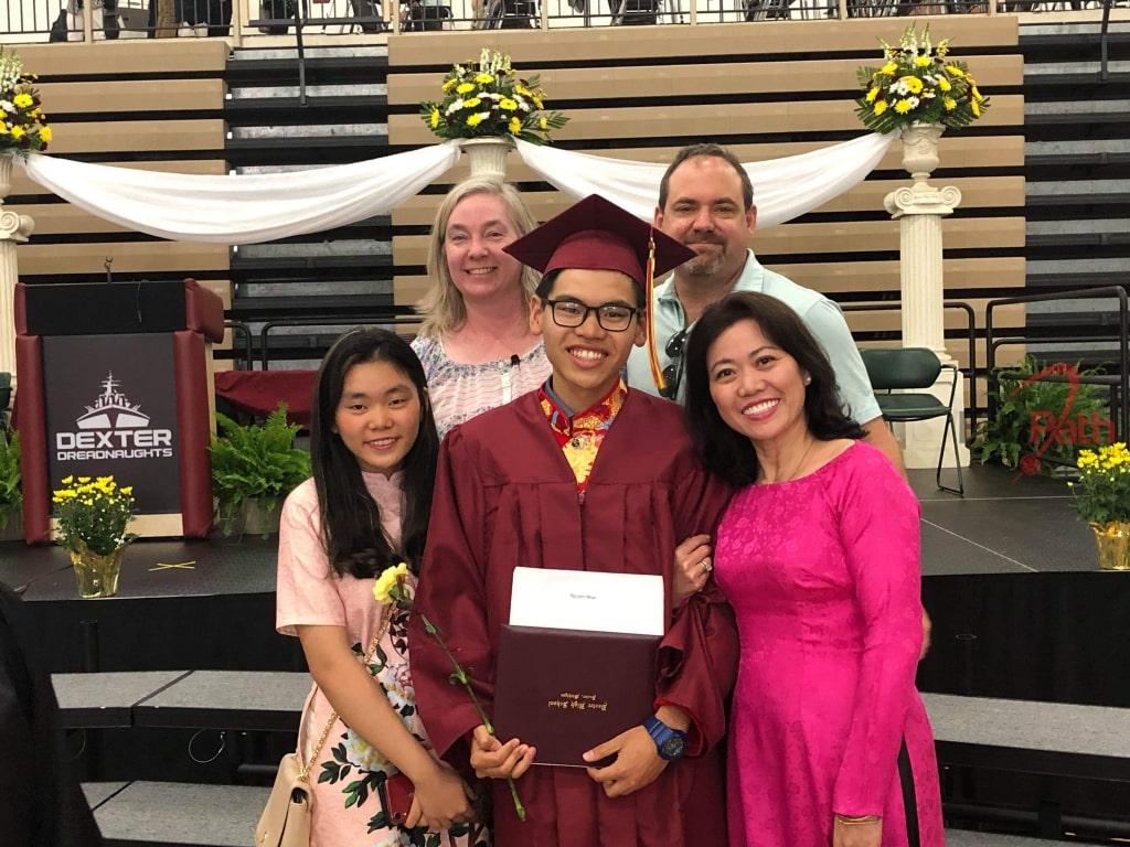 Du học sinh EduPath Nguyễn Vũ Minh Nhật nhận bằng tốt nghiệp tại trường cùng gia đình