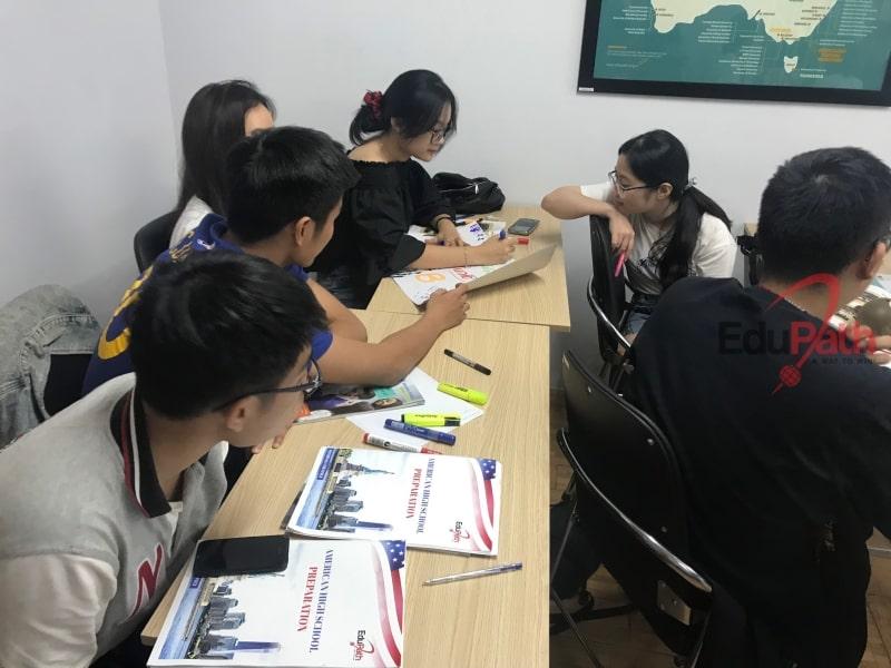Học sinh đang học chương trình dự bị du học Mỹ