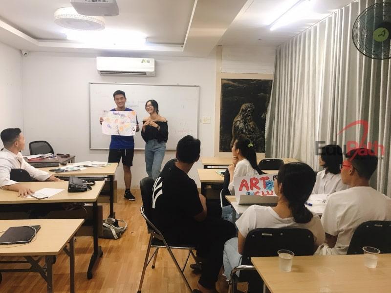 Học sinh thuyết trình ý kiến trước lớp trong chương trình dự bị du học Mỹ