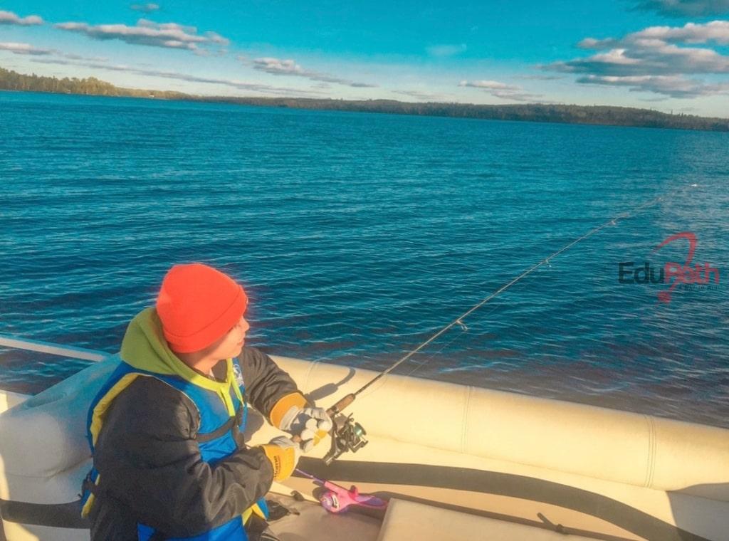 Trung Hải đi câu cá cùng bạn.