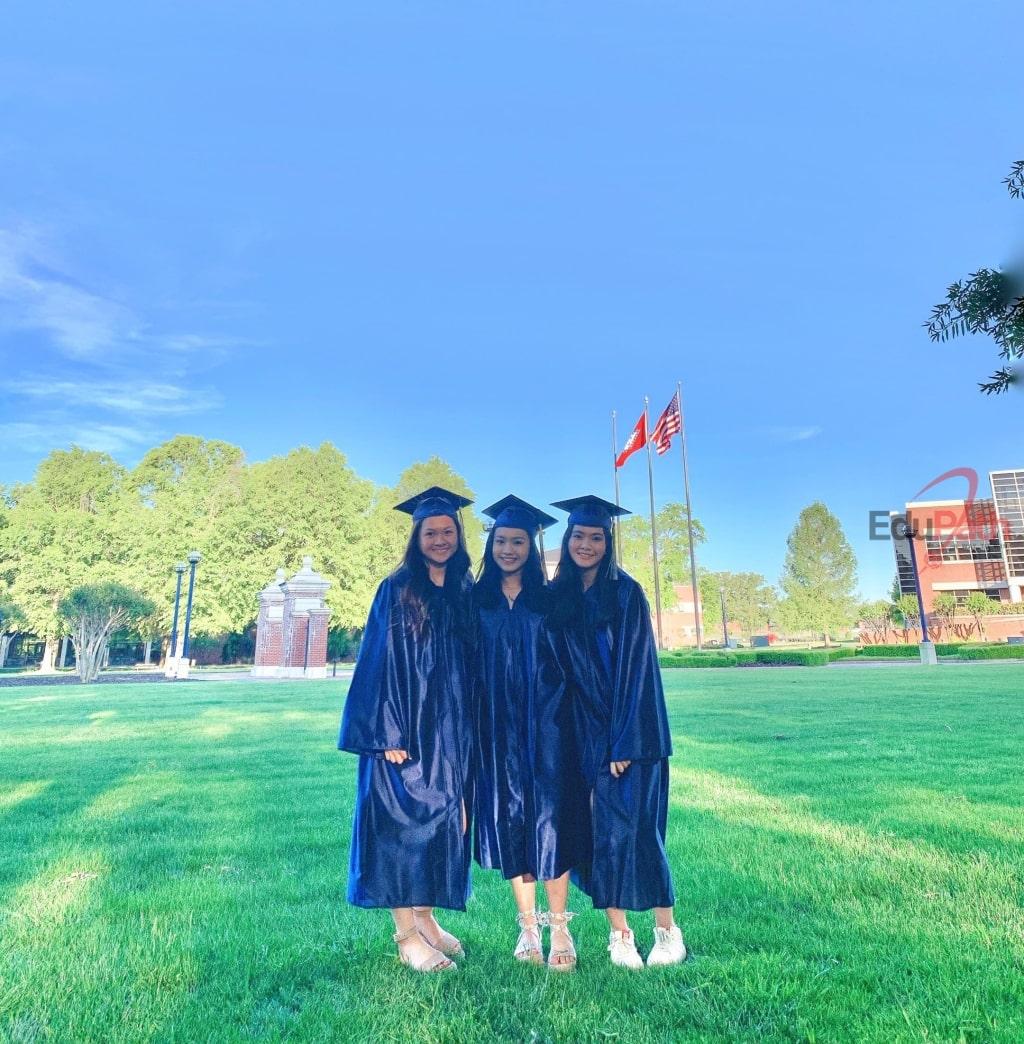 Du học sinh EduPath Vũ Thị Thuý Vy và Phan Nguyễn Bảo Linh nhận bằng tốt nghiệp tại trường