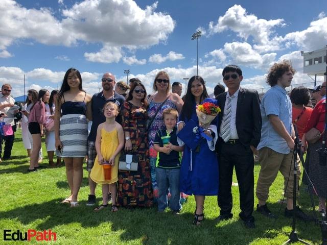 Ly Na nhận bằng tốt nghiệp Mỹ cùng gia đình