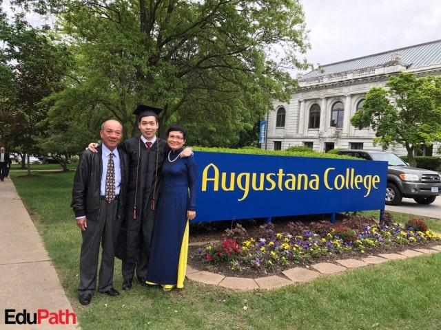 Trọng nhận bằng tốt nghiệp tại trường đại học Augustana College