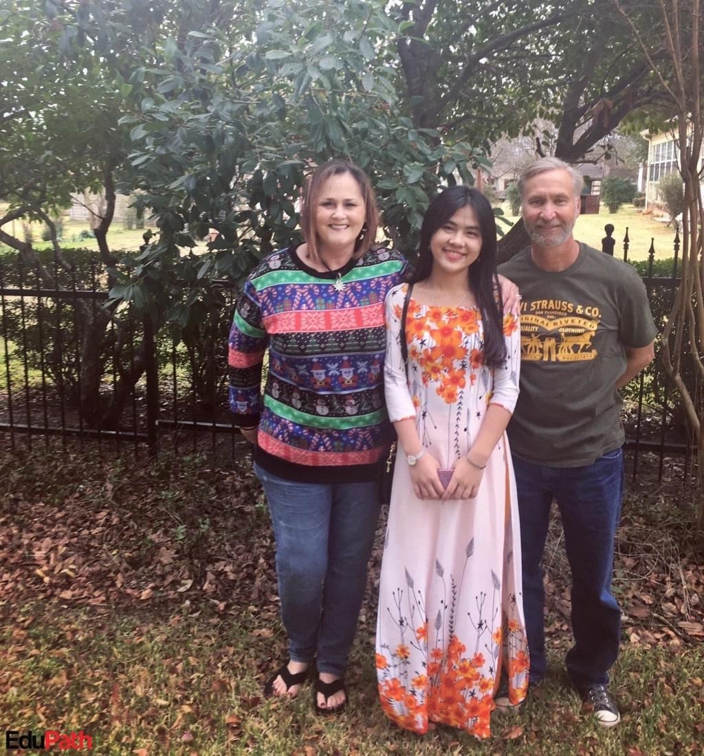 Ly Na cùng gia đình Host